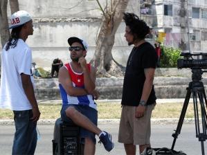 Rappers em conversa durante as gravações (foto: Jéssica Balbino)