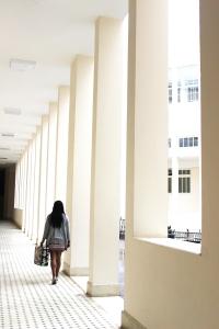 Évila dos Anjos encena 'O que te cabe?' em Poços, MG (foto: Helen Muniz)