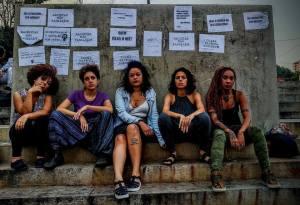 Mulheres se unem contra machismo e silenciamento em ato no Slam Resistêcia
