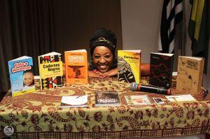 Com a própria história de vida, poetisa Débora Garcia inspira estudantes de escolas públicas
